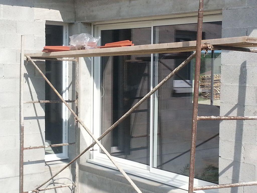 la baie vitrée de la cuisine (280cm) et le fixe qui donne sur la salle à manger (50cm)