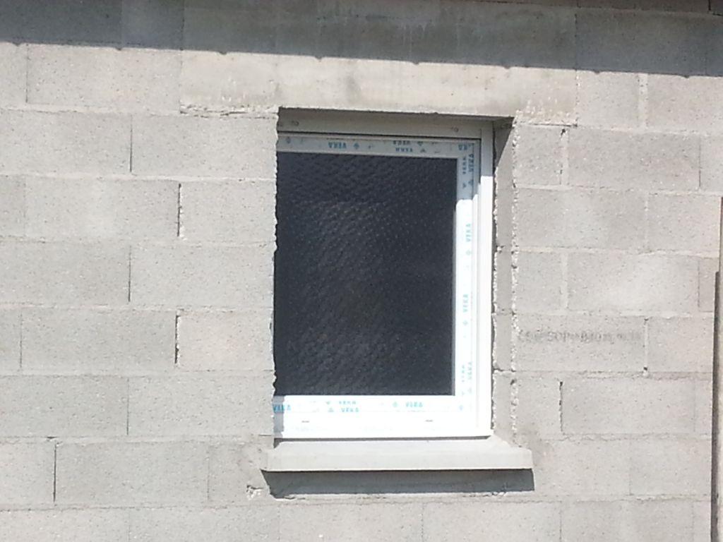 la fenêtre de salle de bain.... vitre granité avec des petits points