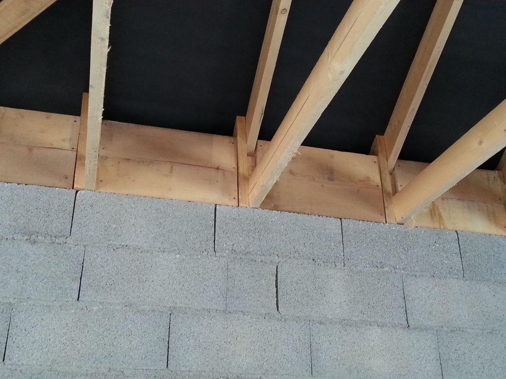 les étrésillons sont posés (ça va permettre de mettre la laine de roche insufflée sans que celel-ci aille dans les débord de toit pour permettre leur ventilation.