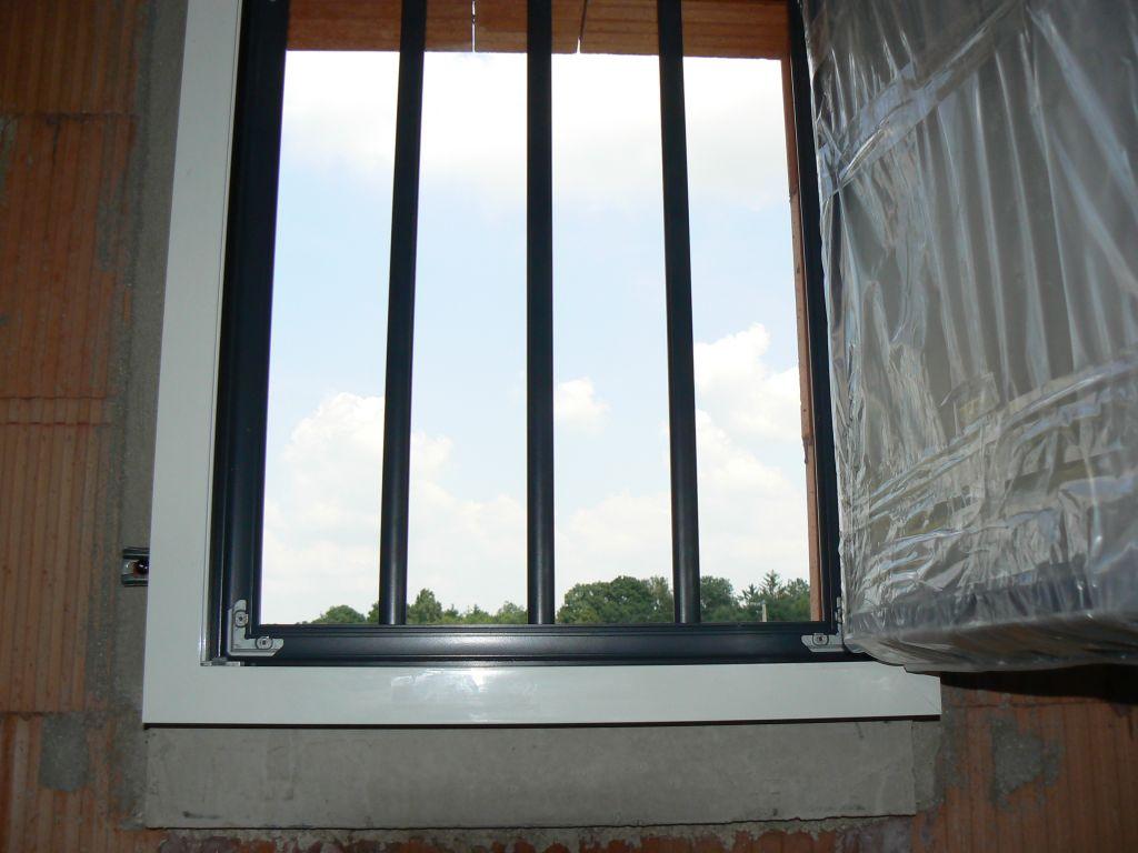 petite fenêtre salle d'eau parentale et grille incorporée au chassis