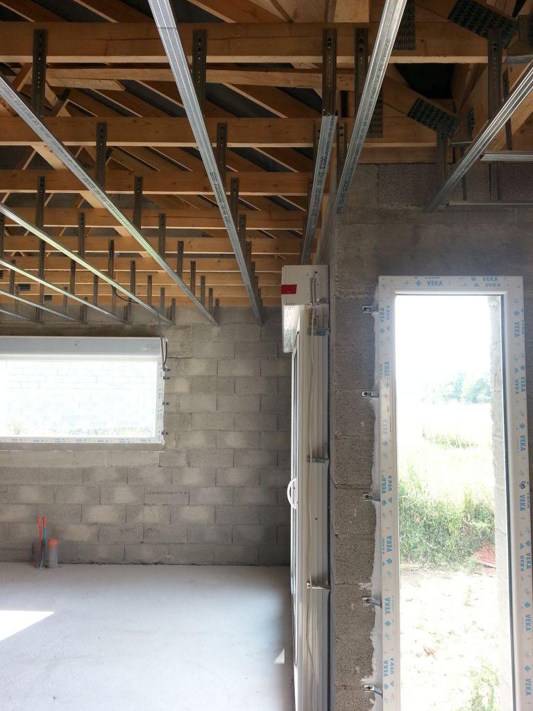 détail de la pose des rails. Le rail en bordure est positionné afin que la lisse clip puisse être fixé dessus après la pose du plafond.