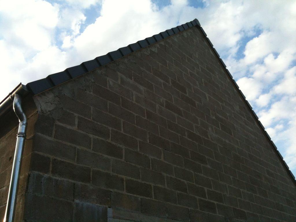 Plaque m talique sur le bord de la charpente normal - Tuiles pour toiture maison ...
