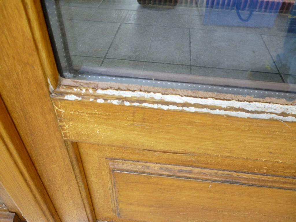 Fenetres en bois exotique a repeindre en blanc mais comment - Repeindre porte en bois ...