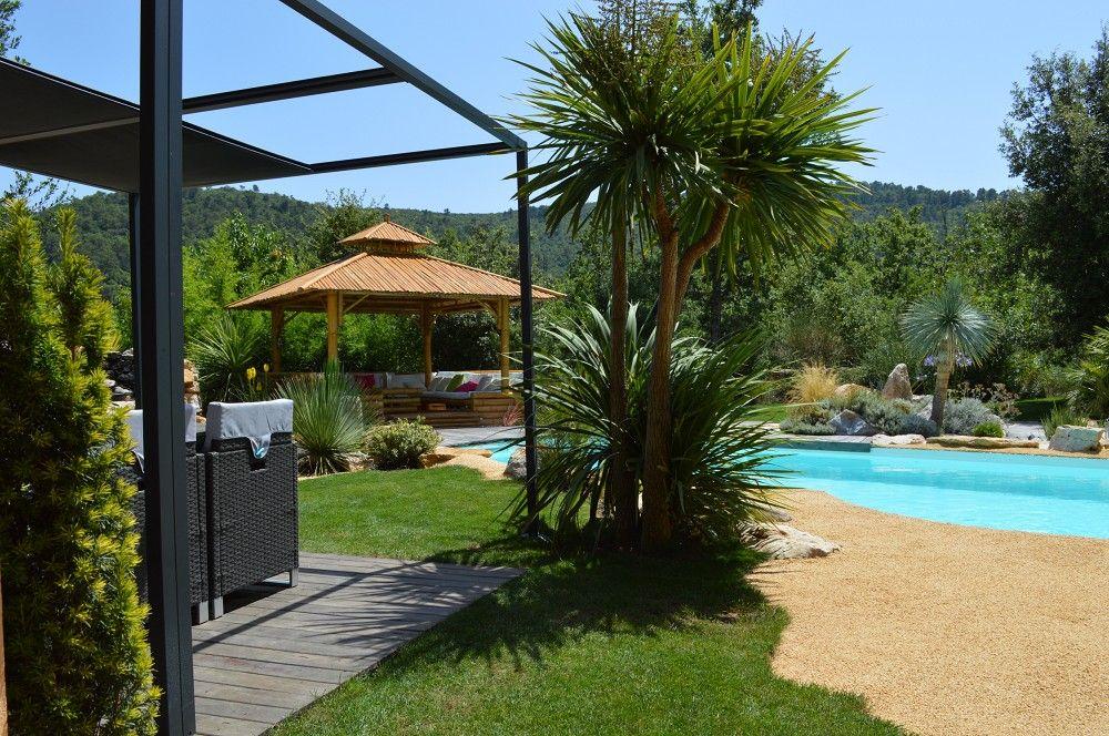 Abords piscine avec gazebo et terrasse