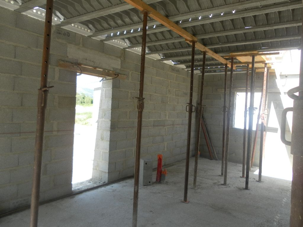Intérieur de la maison côté 'en partant du fond), bureau, cellier et cuisine