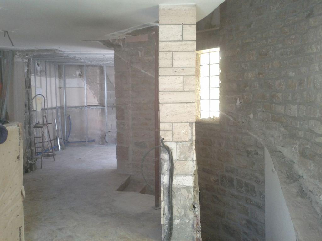 escalier tombé autre vue , bientôt le mur en béton recouvert de pierres calcaires va tomber également