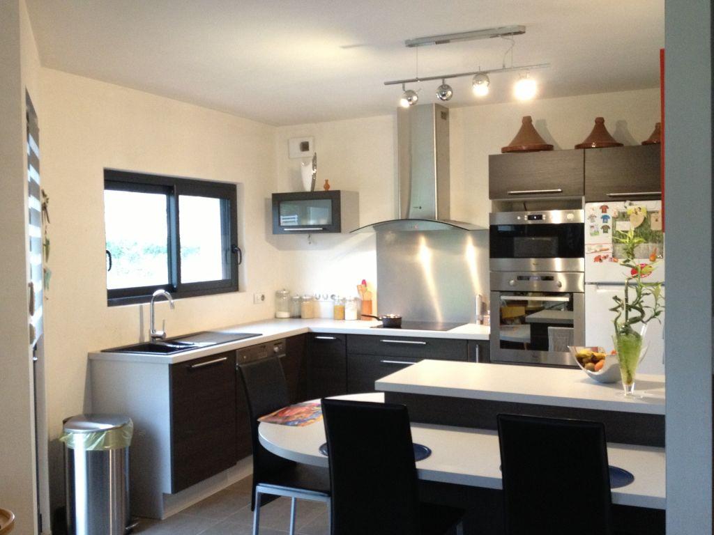 cuisine couleur wengé avec plan de travail gris argenté
