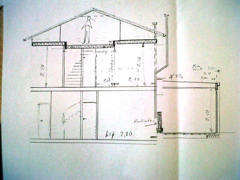 Vue en coupe de la maison avec l'extension terrasse et le plancher à deux niveaux entre le 1er étage et les combles.