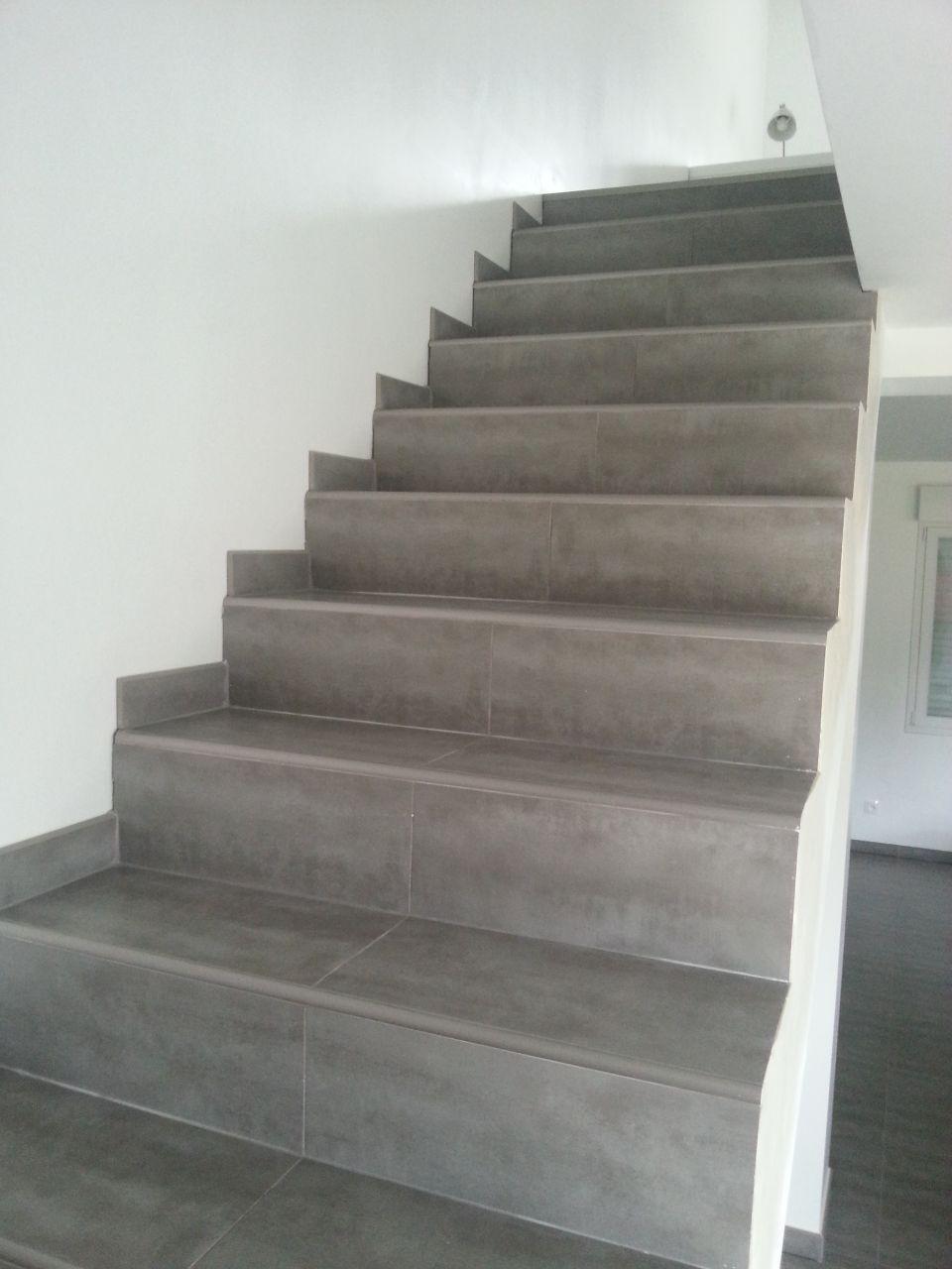 fabulous et bien lescalier est termin on la fait faire par le carreleur en fait pas assez. Black Bedroom Furniture Sets. Home Design Ideas