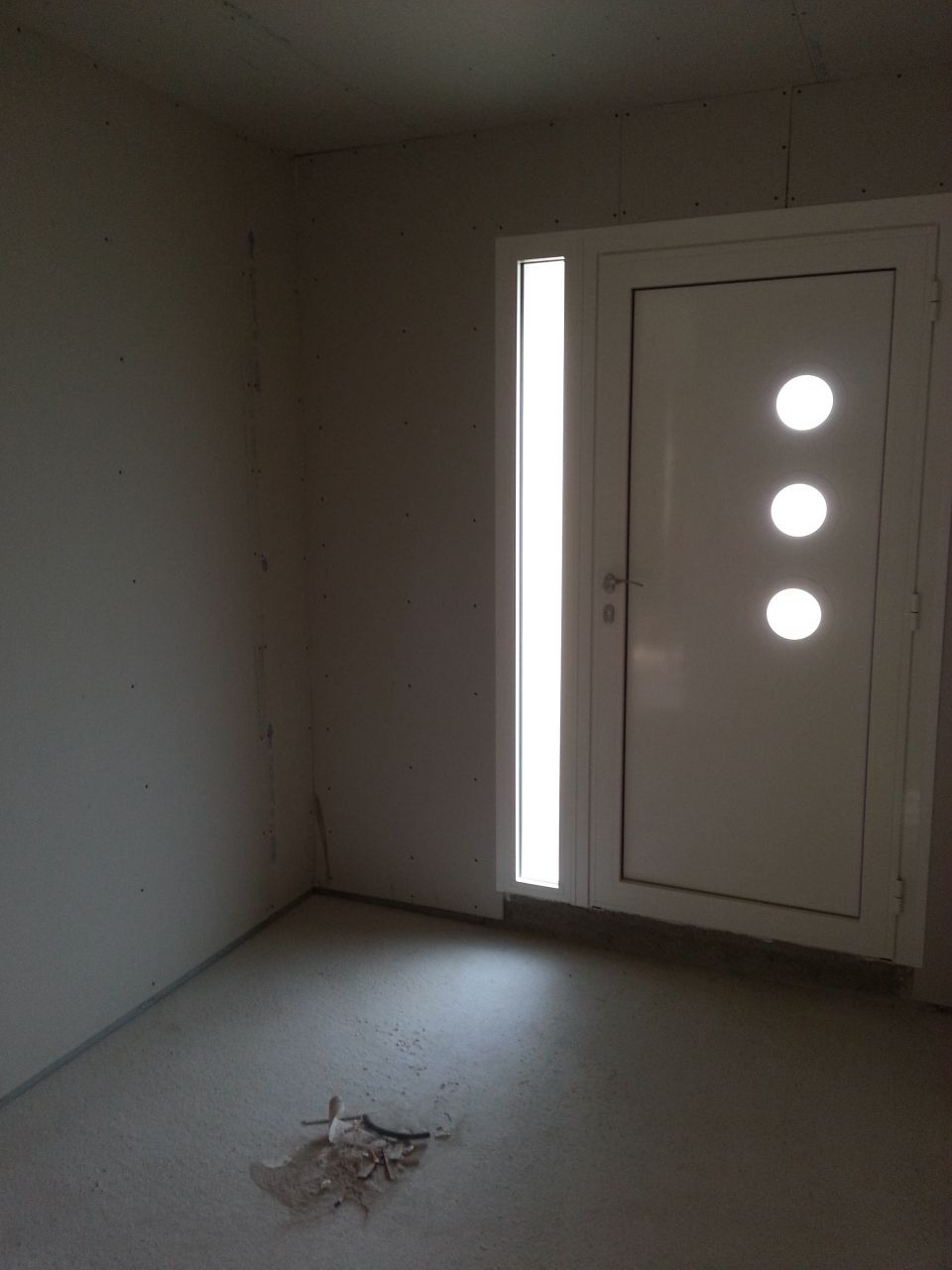 Photo porte d 39 entr e cloisonnement fini isolation for Isolation porte d entree ancienne