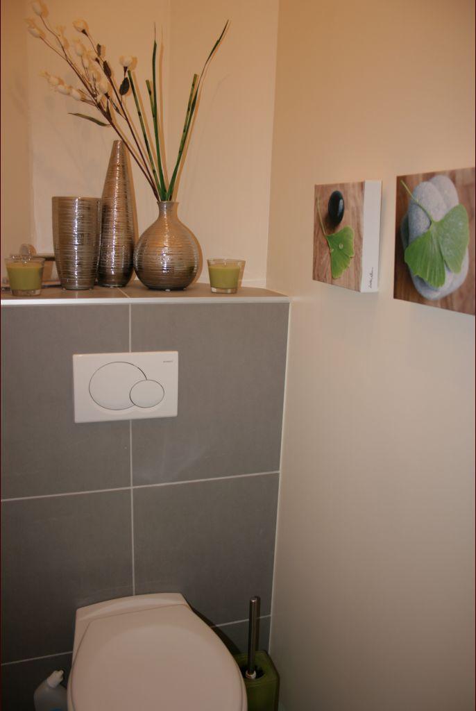 Déco des WC quasi finie (reste à fixer le porte-rouleau et coller les plinthes bois). J'ai voulu une ambiance zen : ça permet de mettre un peu de déco ...