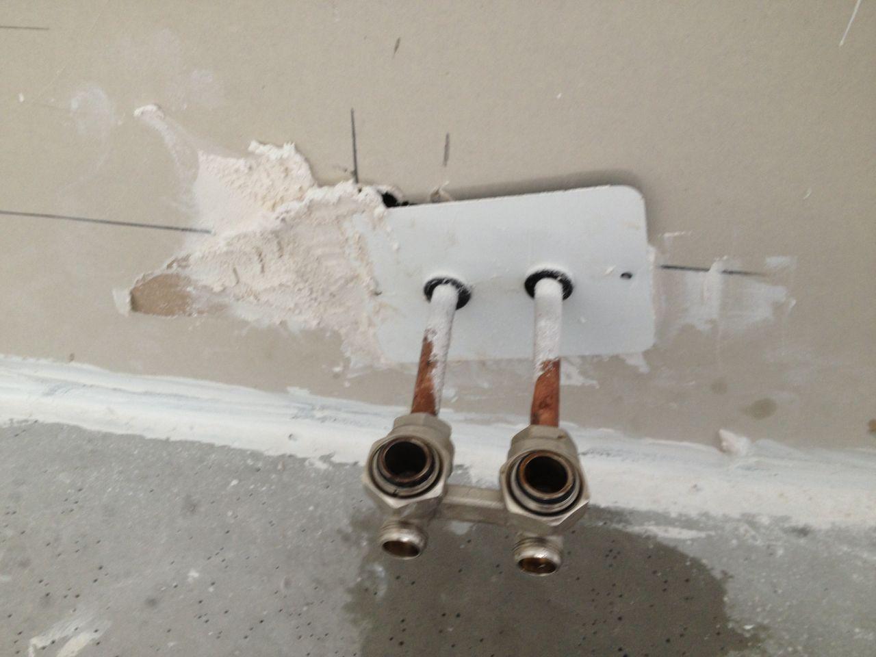 Et le meilleur pour la fin, le raccord radiateur de notre chambre, comme ils avaient vidé leur cartouche de silicone et bien ils ont enduit, plâtré enfin on ne sait pas trop si ce n'est que c'est magnifiquement moche pour une maison neuve !