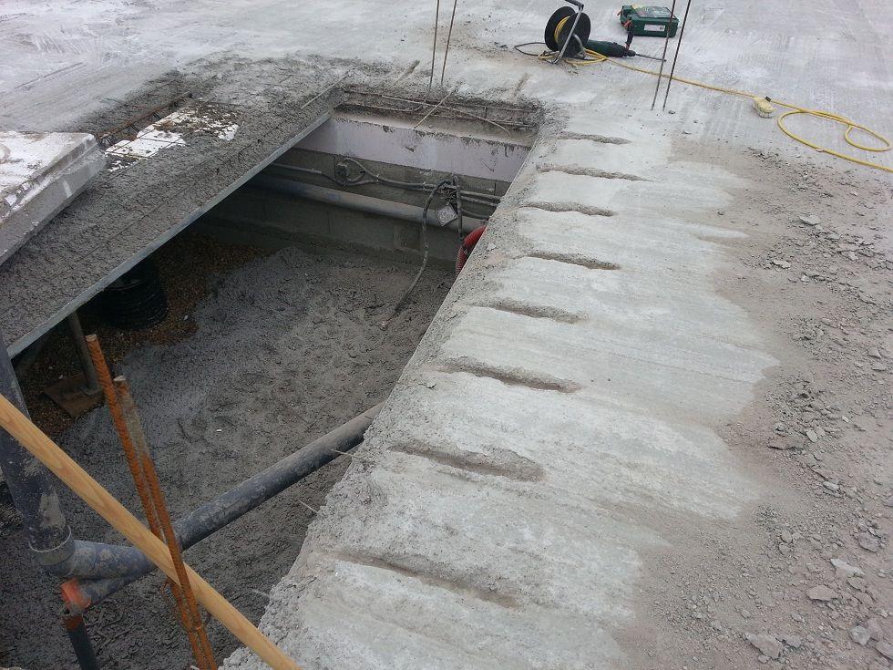 Réalisation des saignées pour reprendre les planchers coulés