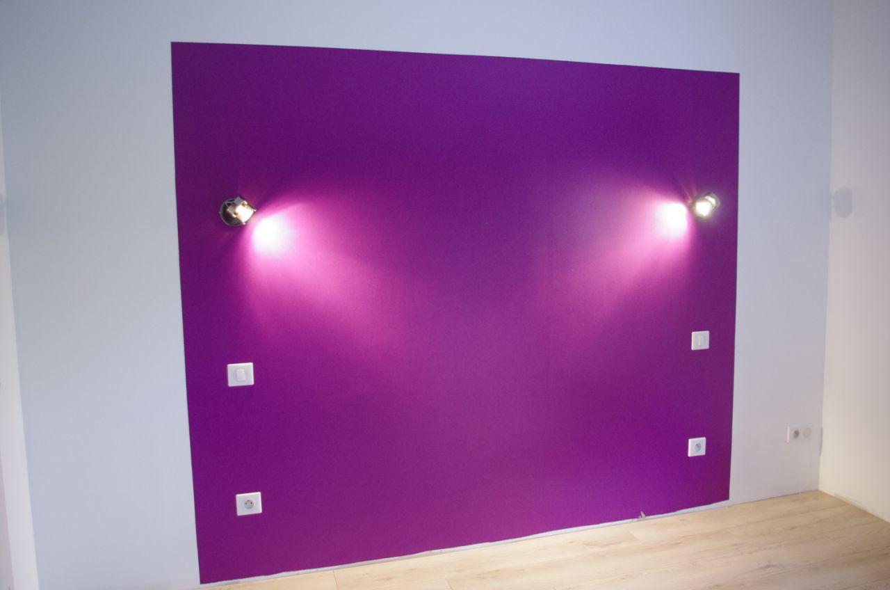Tête de lit en Bright Violet, Pantone by Tollens. Spots Leroy Merlin.