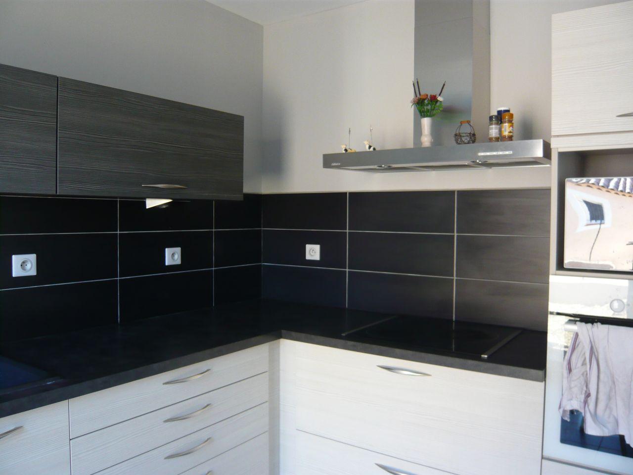 bandeau lumineux pour cuisine un mur noir dans une cuisine blanche cu0027est tendance pour. Black Bedroom Furniture Sets. Home Design Ideas