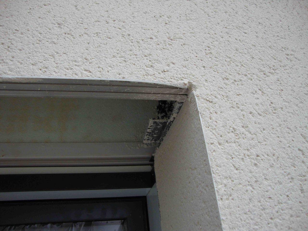 Bavures et baguette écrasée sur fenêtre salle de bain