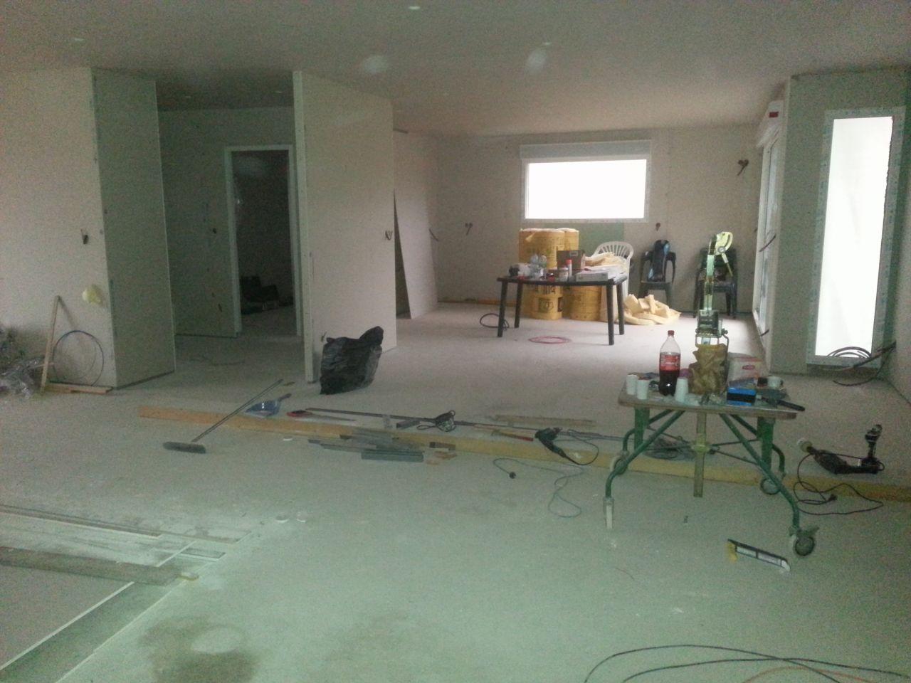 vue de la salle à magner avec la cuisine au second plan