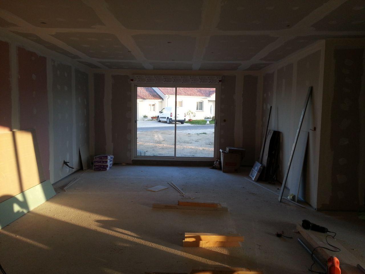 vue du salon depuis la salle à manger... il parait tout petit comme ça même s'il y a environ 4.70m de largeur.