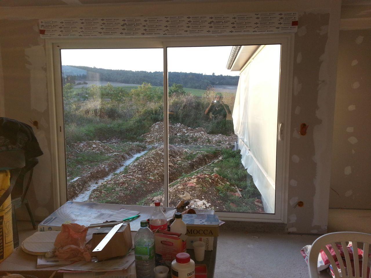 la terrasse n'a pas beaucoup évolué, notamment à cause du temps..... Cela devrait changer cette semaine avec la pose du mur pour rattraper le niveau de la terrasse