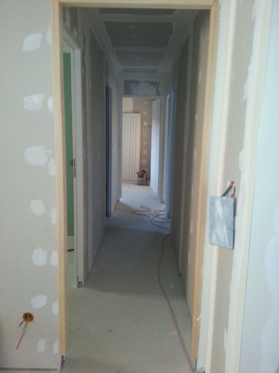 vue du couloir.... vous remarquerez que l'électricité  avance aussi (merci au beau frère)