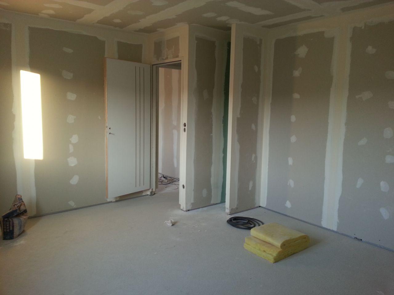 vue de notre chambre. Le retour juste devant la porte sera destinée à recevoir des étagères.... et le reste un grand placard.