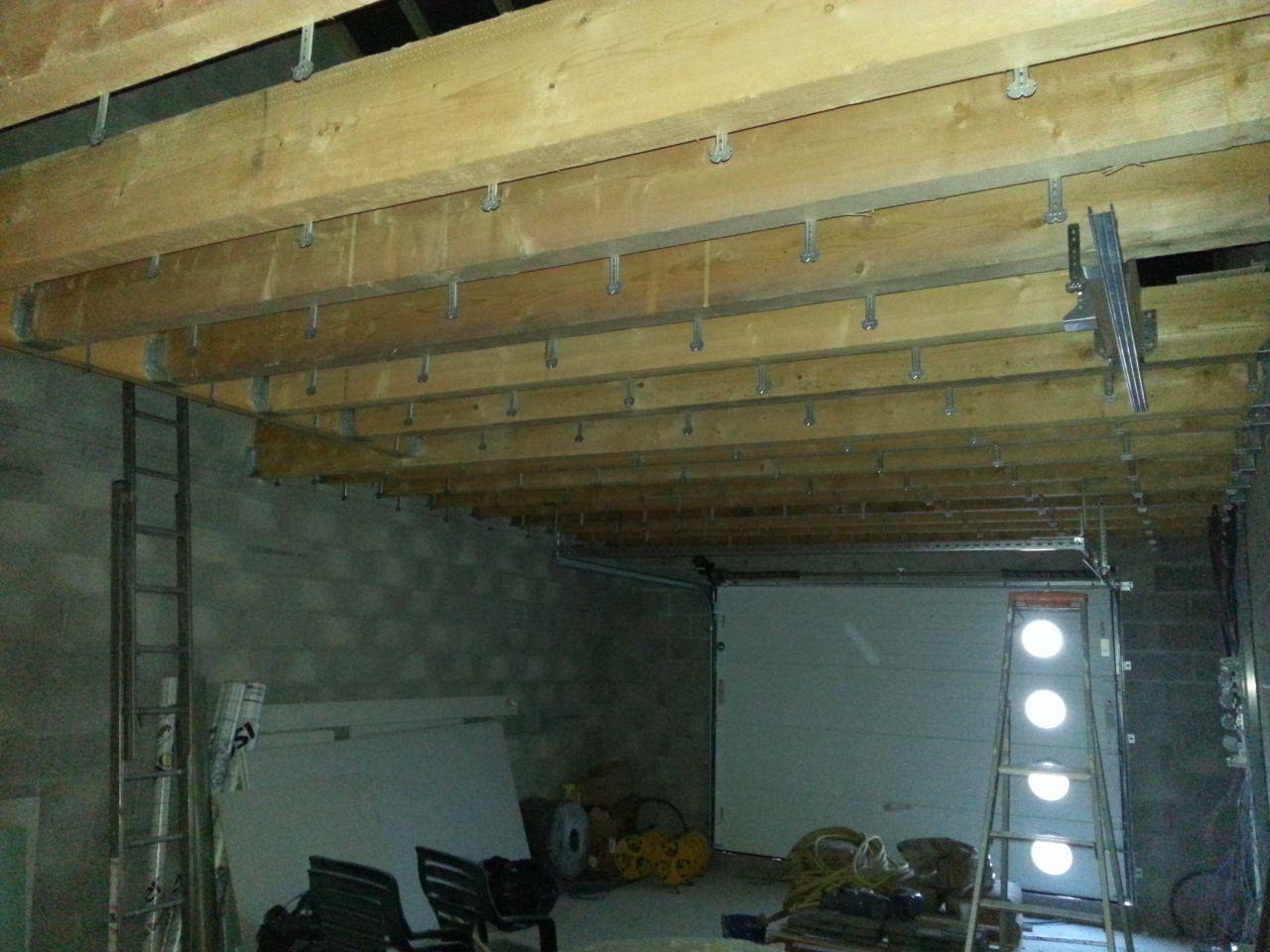 pose des suspentes dans le garage.... bientôt celui-ci aura aussi son plafond.