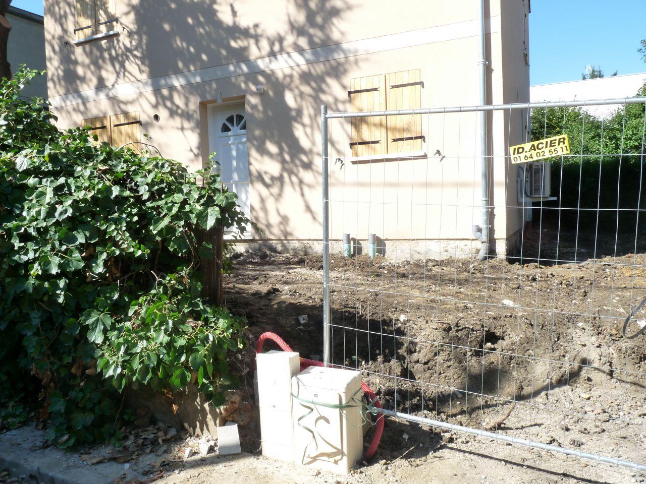 décharge évacuée : le terrassier est venu nettoyer le terrain, enlever les montagnes de terre souillées de déchets et remettre à niveau (en fonction du permis de construire). <br /> <a href=
