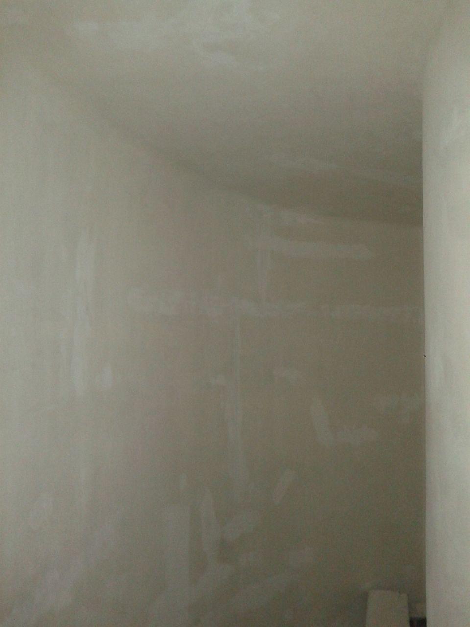 cage d'escalier nue , papier mâché enlevé fissures rebouchées