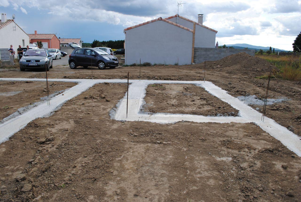 Le jardin du côté de la cuisine et du garage. Notre terrain vient jusqu'au mur de la maison du voisin.