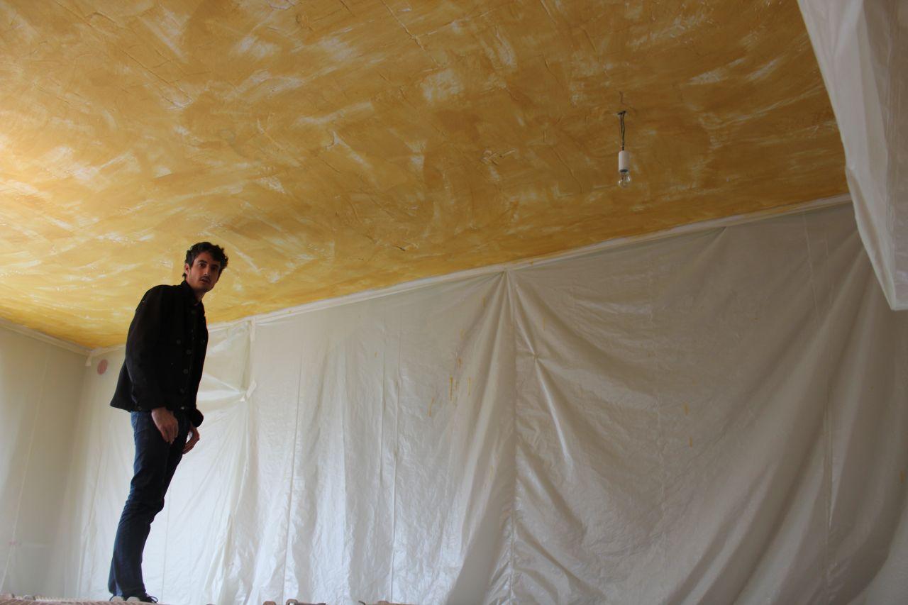 pose de la colle sur le plafond du salon ... en attendant le plâtre