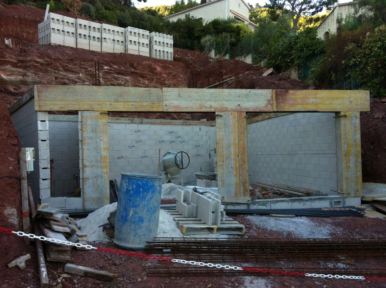 élévation des murs du garage et coffrage des linteaux. Au dessus les agglos à bancher du vs de la maison et du corridor.