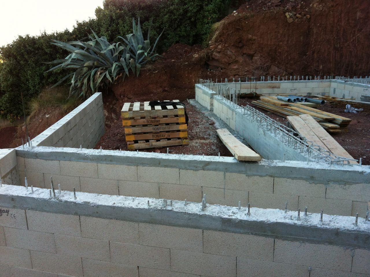 le vs de la maison avec les arases et la future terrasse qui se dessine.