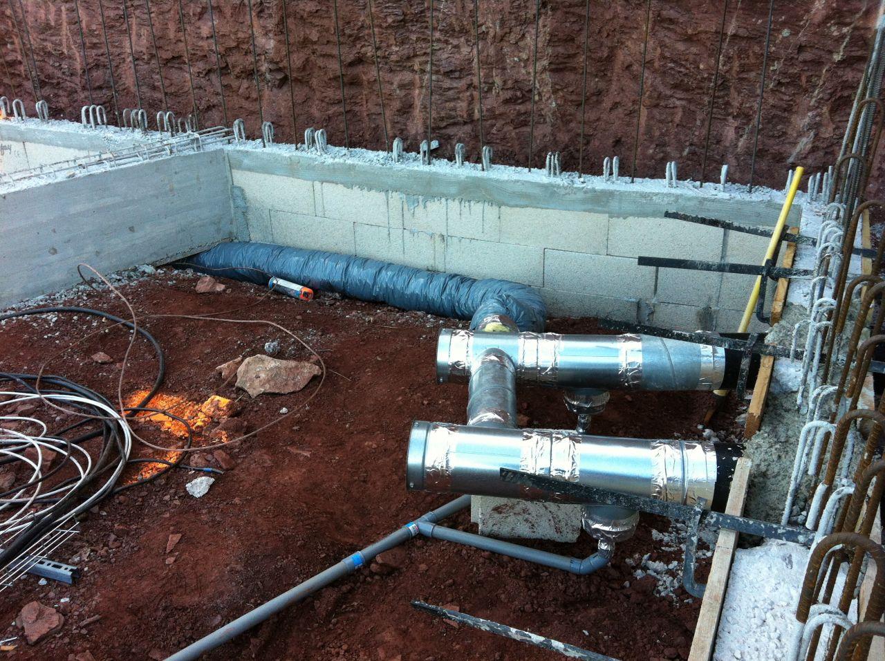 les deux arrivées de tuyaux dans le vs et le 3ème tuyaux qui part vers la future buanderie. Les évacuations de condensats sont guidées vers le drain, le long du corridor en bas du terrain.
