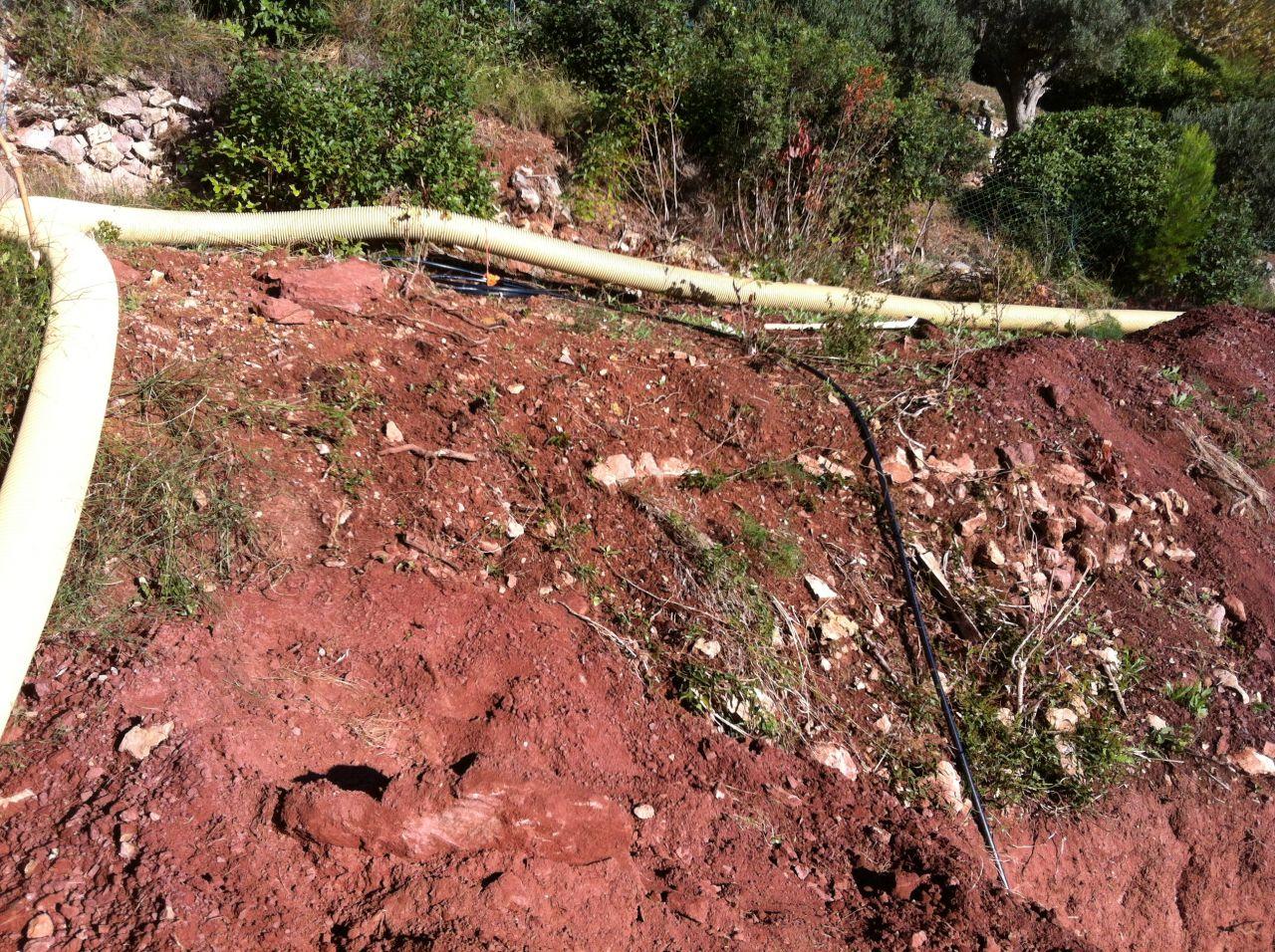 l'un des deux tuyaux déployé sur le haut du terrain