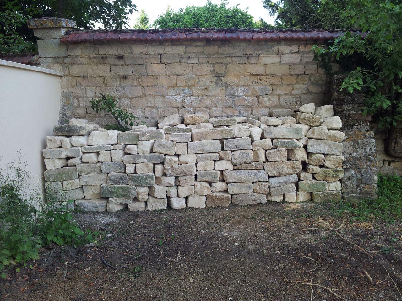 tas de pierres récupérées du mur d'enceinte