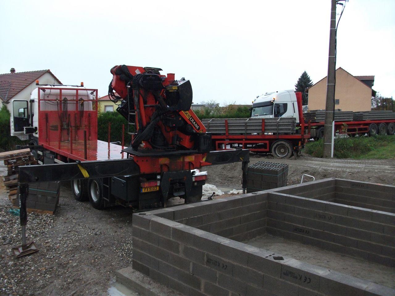 Arrivée des camions de FB Groupe France pour la pose de la dalle echo