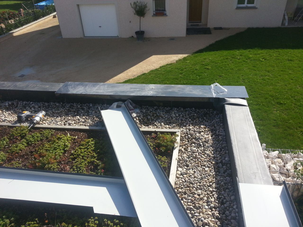 Suite des travaux ammenagements exterieurs vaulx milieu for Abris de jardin ral 7016