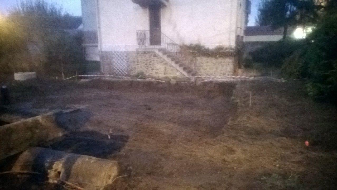 Les travaux de terrassement sont en cours. <br />  <br /> L'ouverture de la clôture est faite. <br /> Le chemin d'accès est finalisé. <br /> Le puisard a été posé. <br /> Le trou pour l'accueil du vide sanitaire est prêt.
