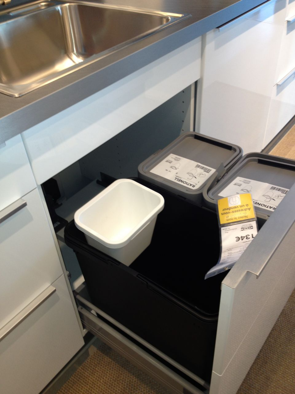 beautiful poubelles de tri dans cuisine ikea with casserolier ikea. Black Bedroom Furniture Sets. Home Design Ideas