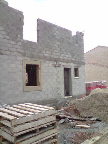 l vation des murs de l 39 tage rajout de terre pour le futur nivellement du terrain toiture. Black Bedroom Furniture Sets. Home Design Ideas