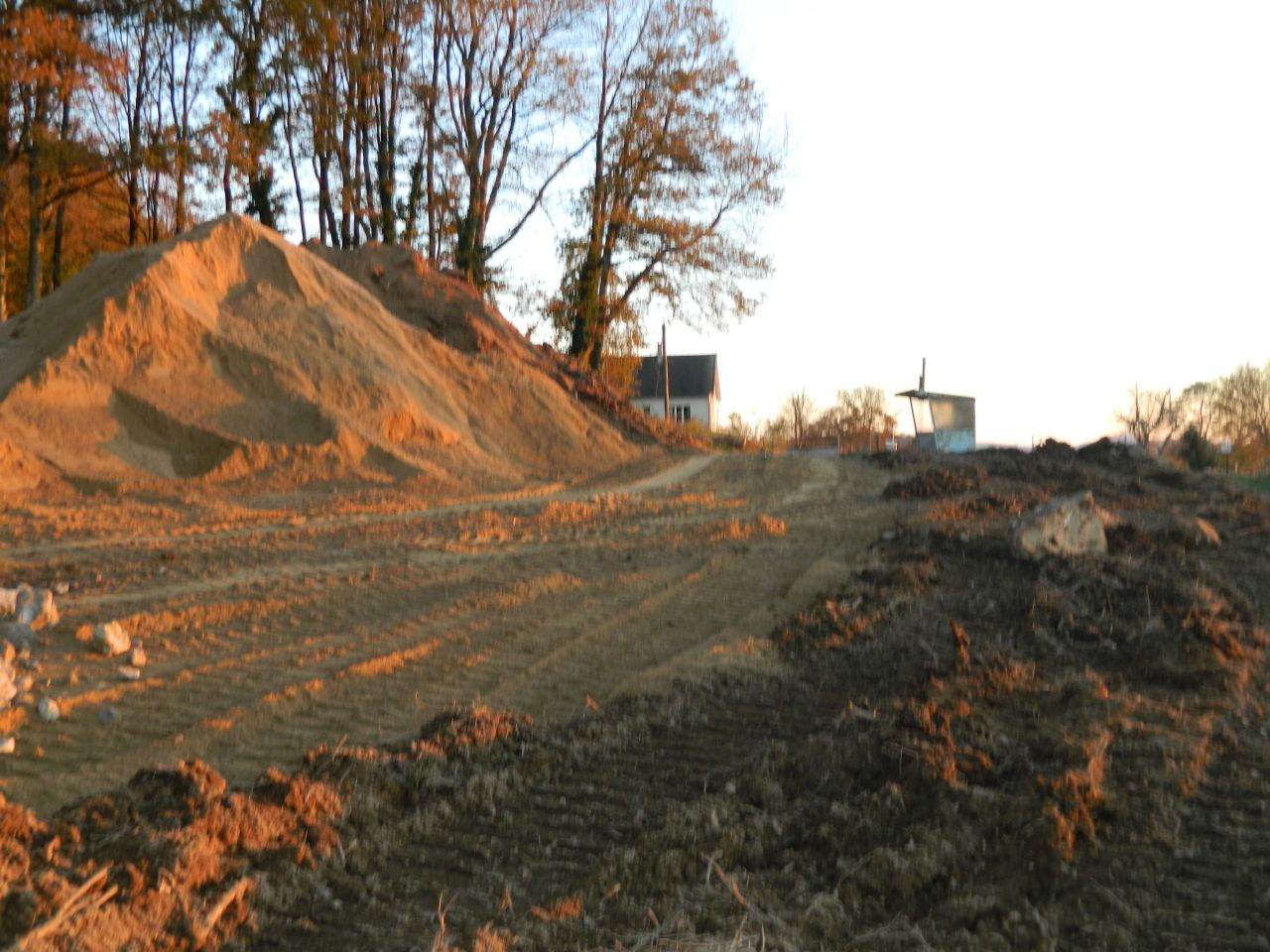 Le chemin d?accès vu du bas du terrain, au niveau de la zone de retournement qui sera prévue