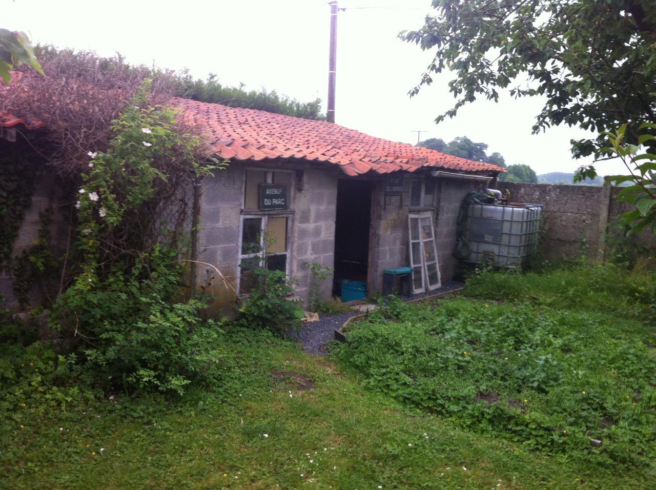 Un bout du garage qui va avoir besoin d'un bon coup de frais (toiture   mur côté jardin)