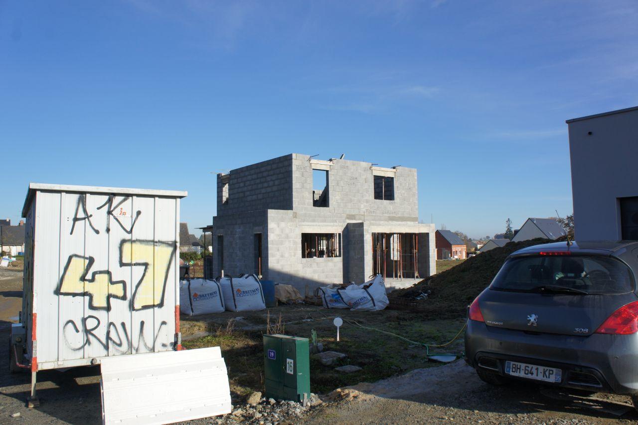 Le 2ème étage se monte.... <br /> avec petite vue sur la cabane de chantier de notre maçon... <br /> taggé AK 47 crew!