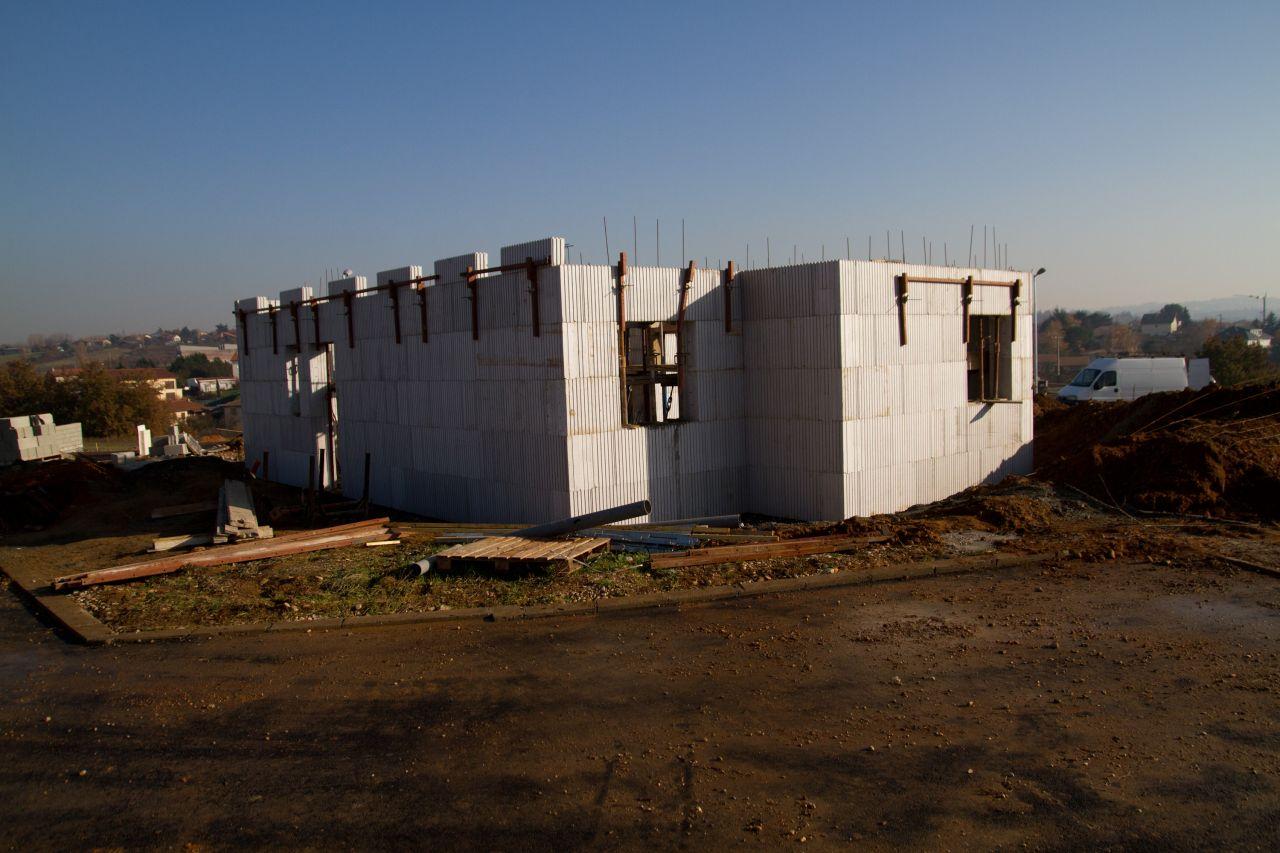 Vue d'ensemble ; les murs montent jusqu'à la limite RDC/étage
