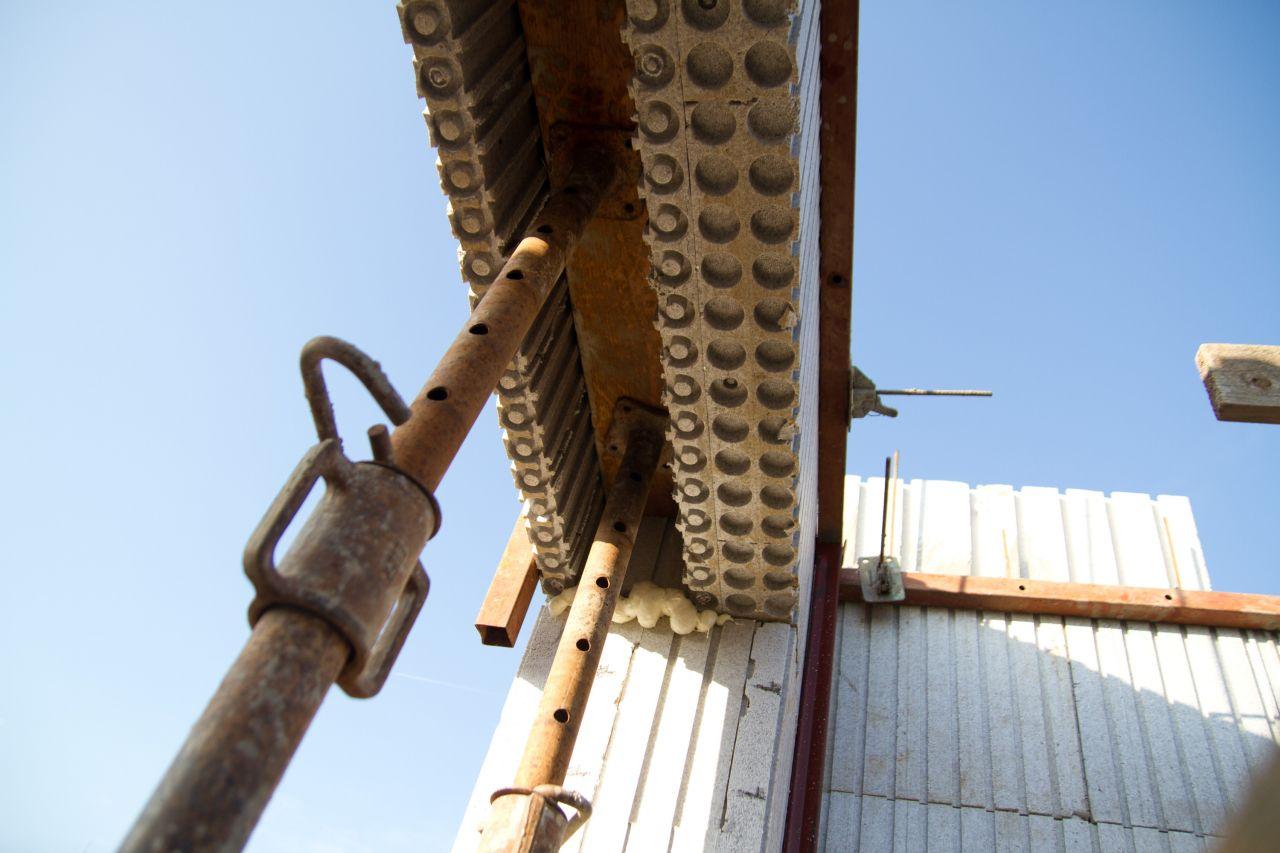 Des blocs inversés sous les fenêtres, pour loger les volets roulants