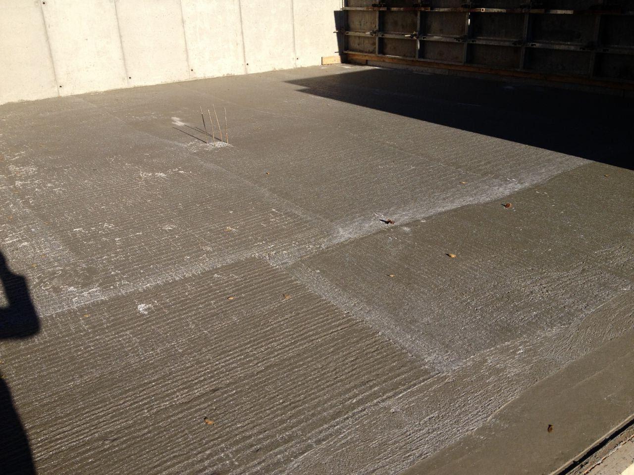 Ici, le lendemain du coulage du plancher au garage. ( au milieu les treilli pour le poteau central ).