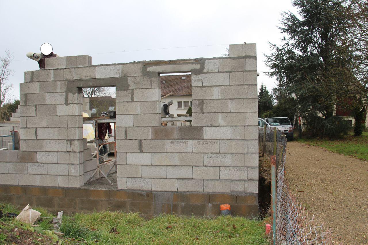 Façade arrière J3 avec la porte dont le linteau a été placé trop bas... à refaire.