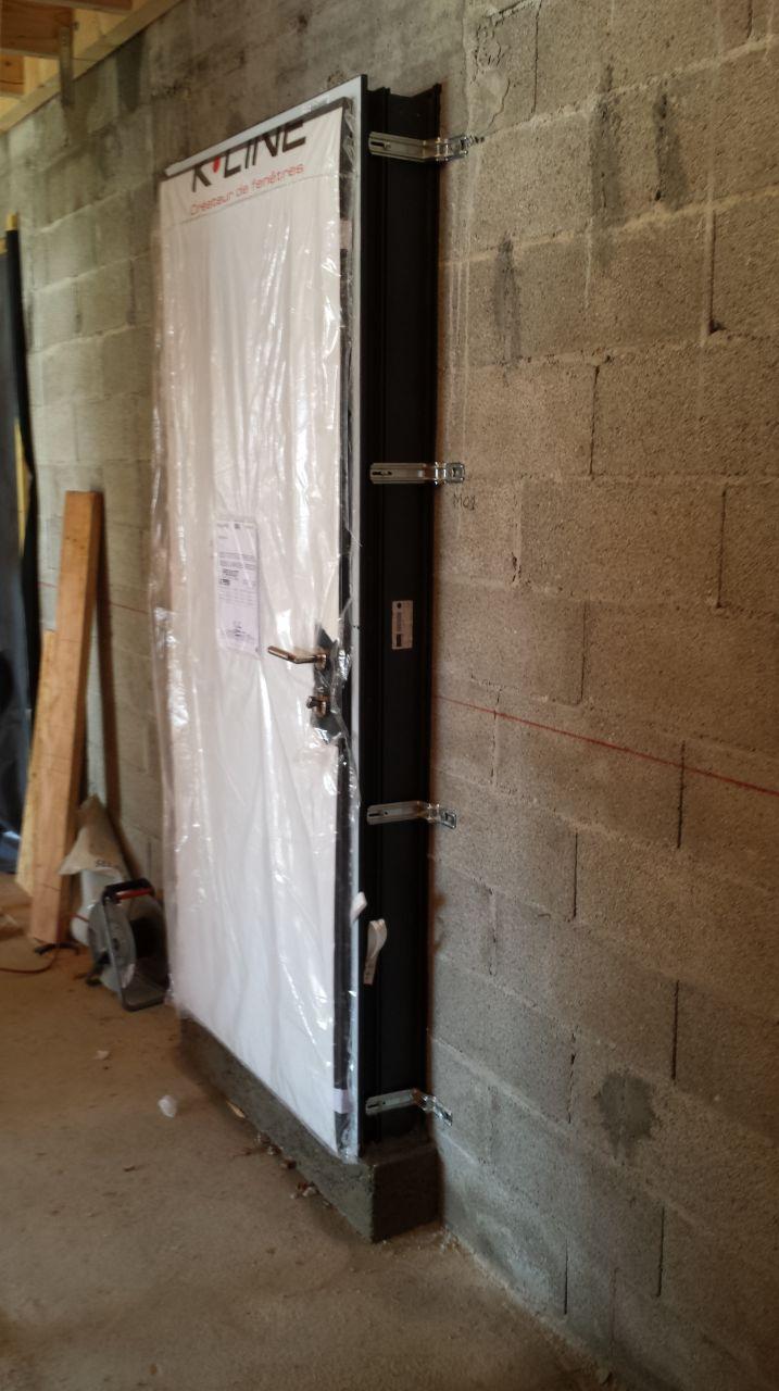 la porte d'entrée avec notre seul mur en moellon de la maison