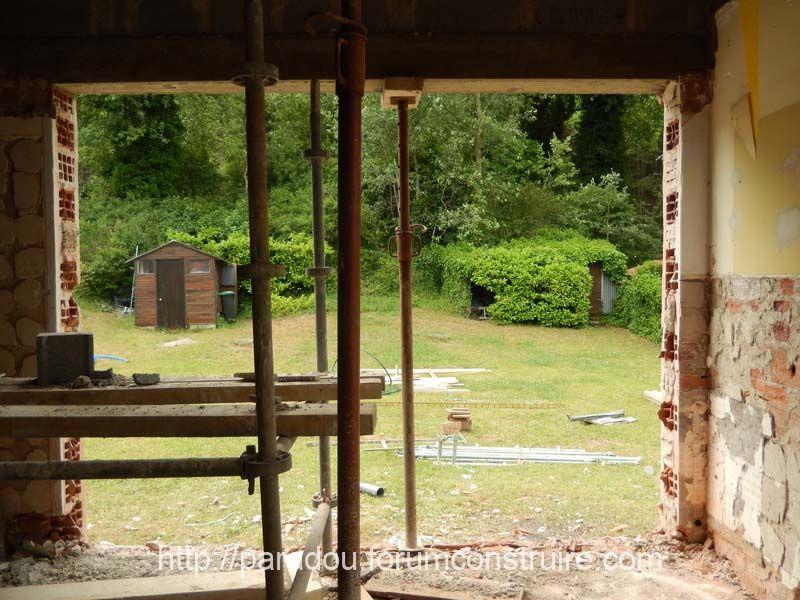 Vue du jardin a travers la baie vitrée