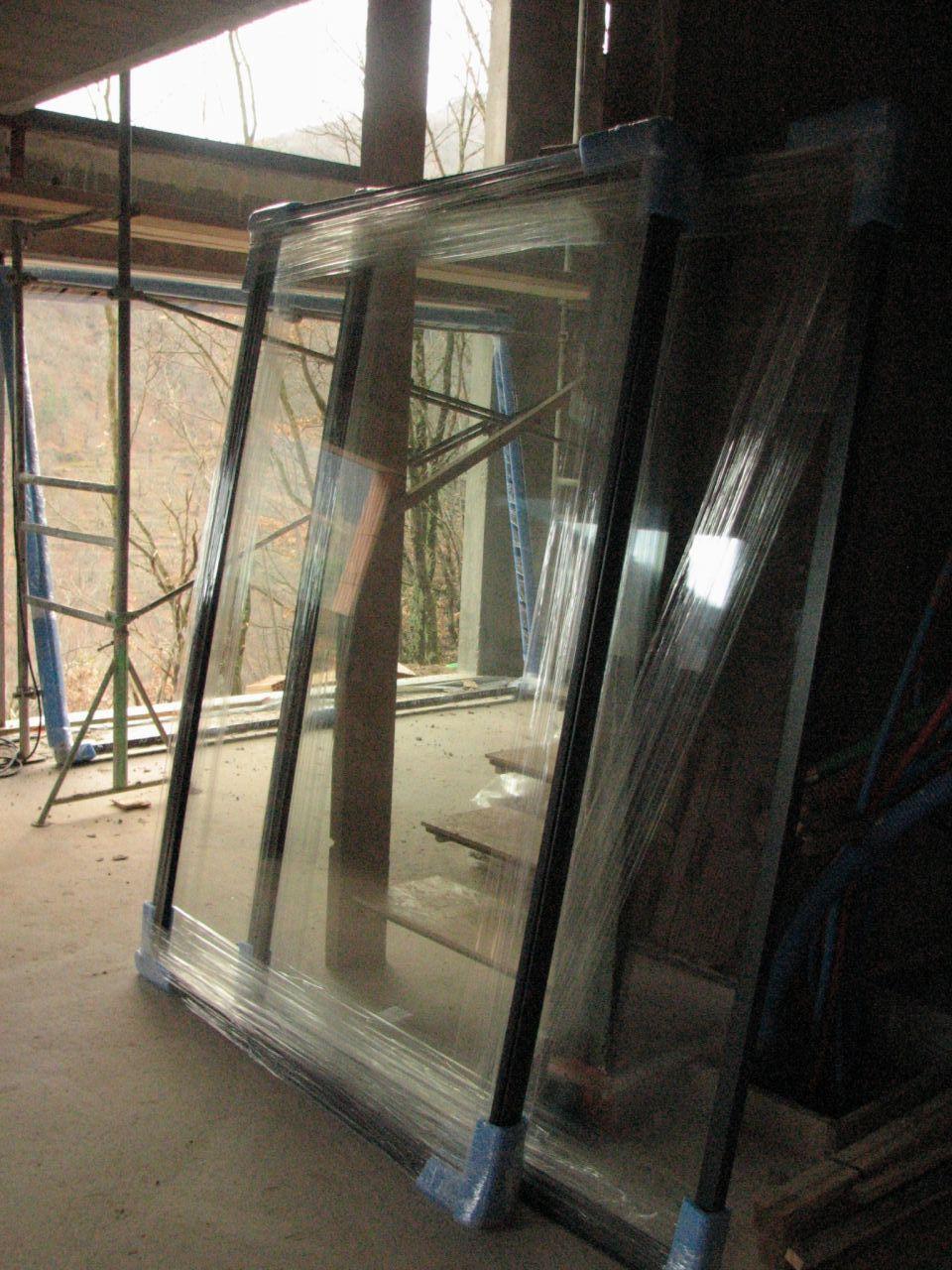 Les vantaux de la baie vitrée à installer